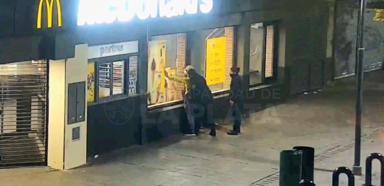 VIDEO: Intentó romper los vidrios de una casa de comidas rápidas del centro de La Plata