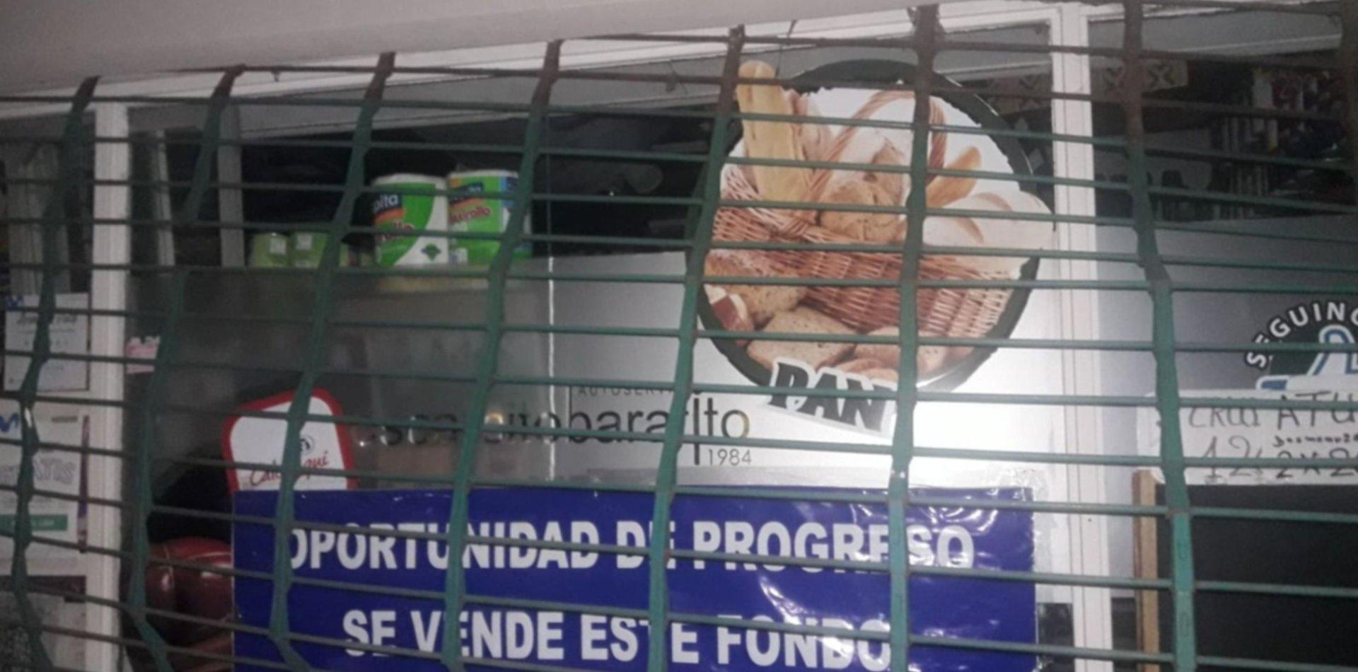 Tres chicos de 14 años destrozaron la persiana de una fiambrería de La Plata para robar