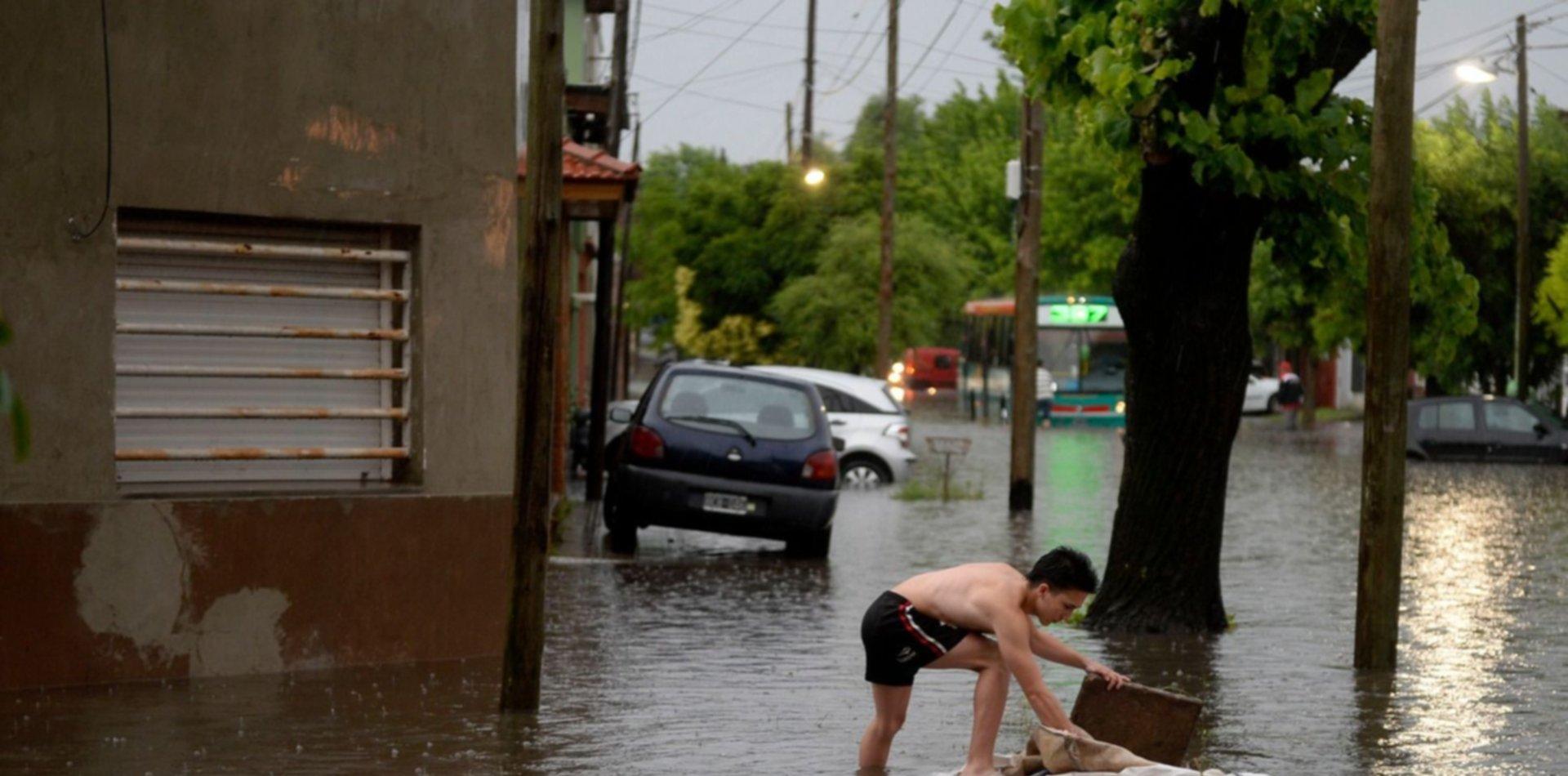 Hay zonas de la ciudad que están anegadas y sin luz en medio de una lluvia que no para