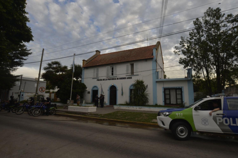 Alarma en una comisaría de La Plata: seis policías y un detenido están con COVID-19