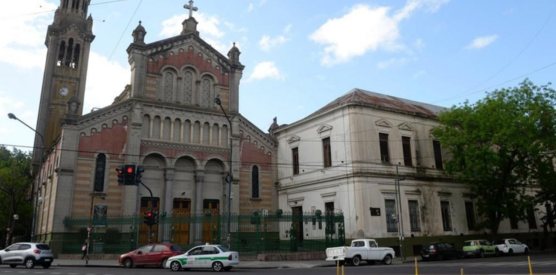 Terror frente a una iglesia de La Plata: atacaron un auto a tiros e hirieron al conductor