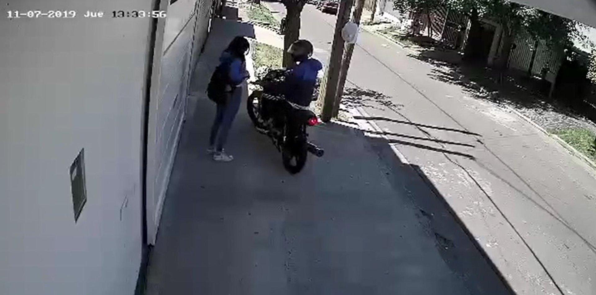 VIDEO: Un motochorro asaltó a una joven y escapó con su celular a plena luz del día