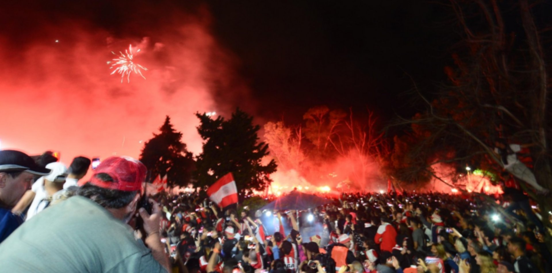 Fuegos artificiales, banderas y bengalas: arrancó la vigilia pincha en 1 y 57