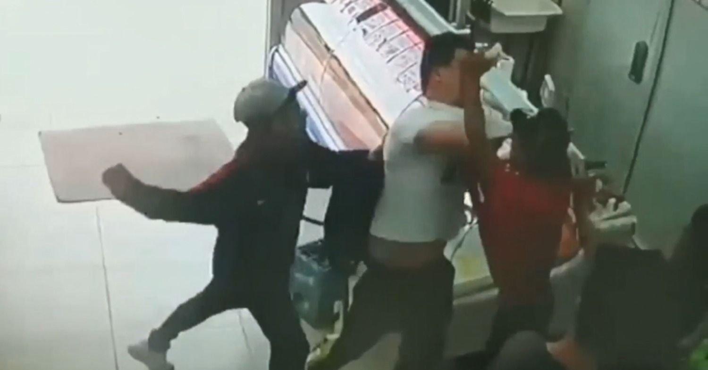 VIDEO: A las piñas y tirando cajones, así saquearon un supermercado de La Plata