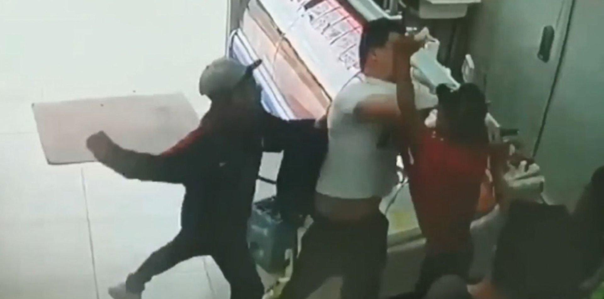 VIDEO: A las piñas y revoleando cajones, así saquearon un supermercado de La Plata