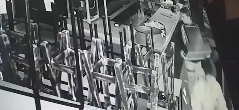 VIDEO: Entraron a una cervecería, arrancaron la registradora en un minuto y escaparon