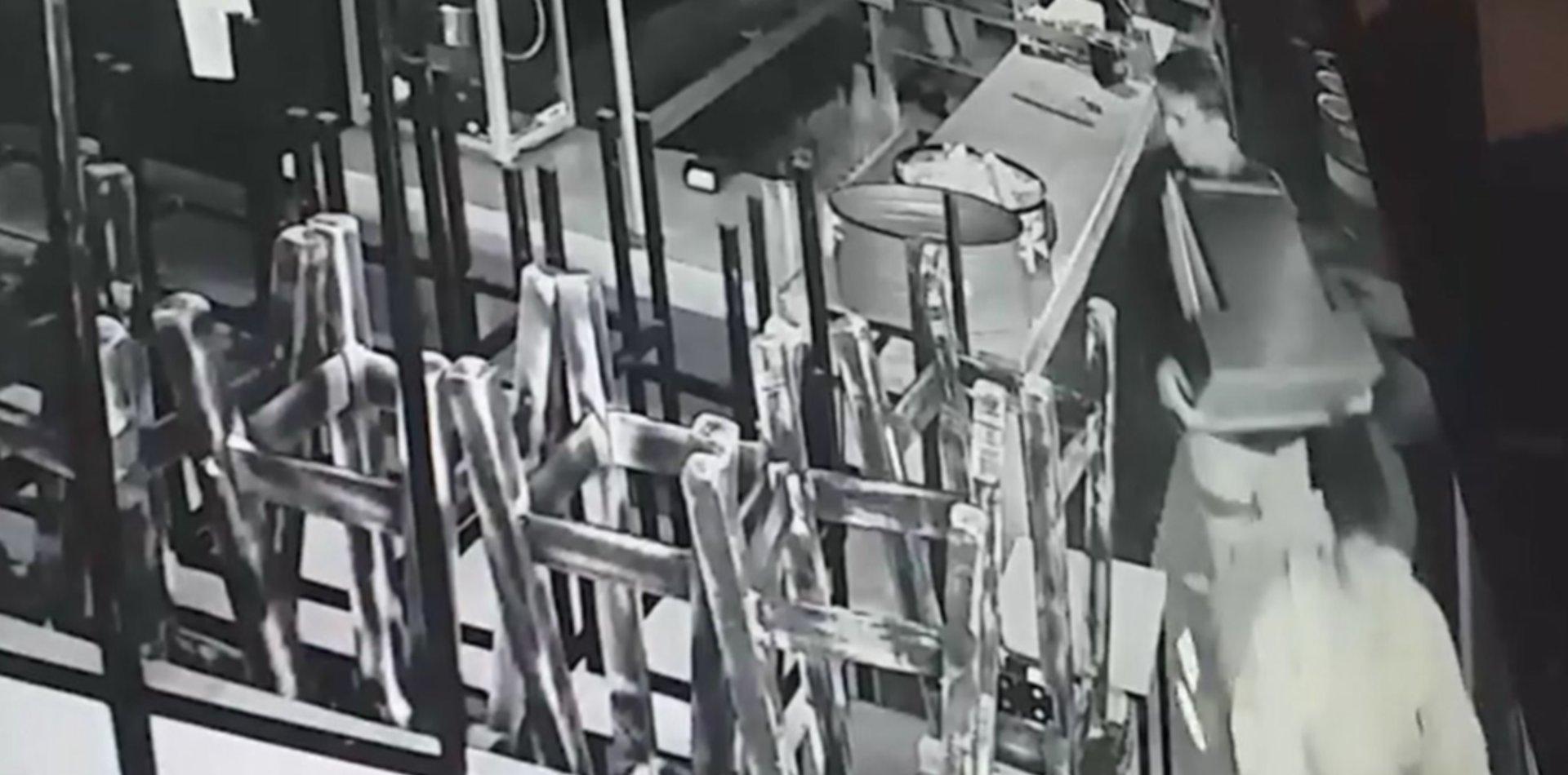 VIDEO: Entraron a una cervecería de La Plata, arrancaron la registradora en un minuto y escaparon