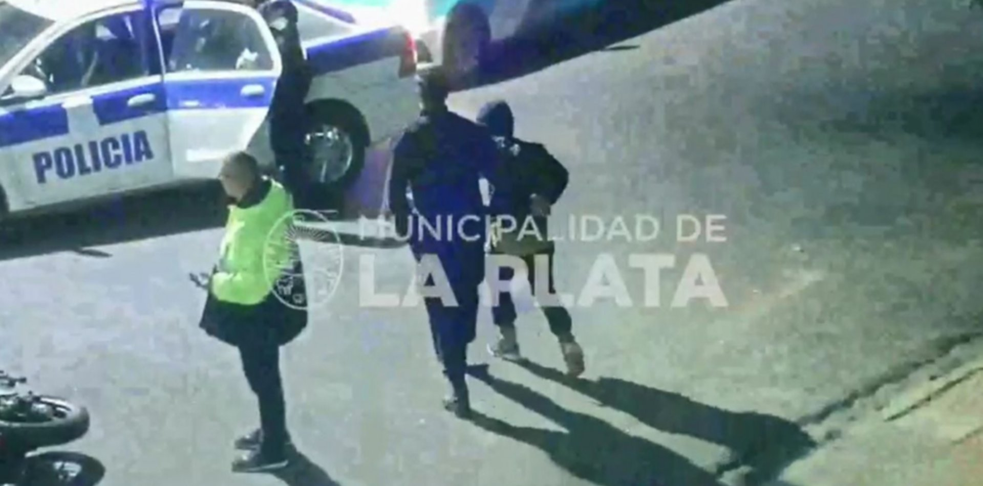 VIDEO: Chocaron con la moto, los fueron a atender y descubrieron que estaban armados