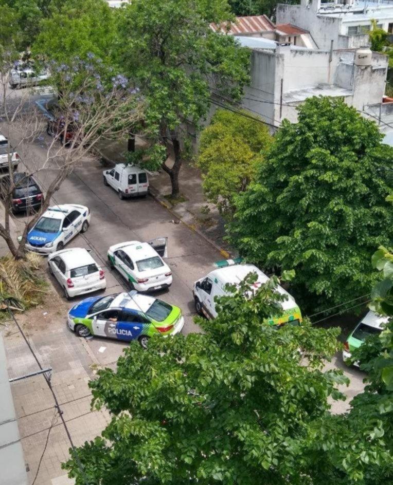Un taxista discutió con dos motociclistas, lo apedrearon y terminó en el hospital