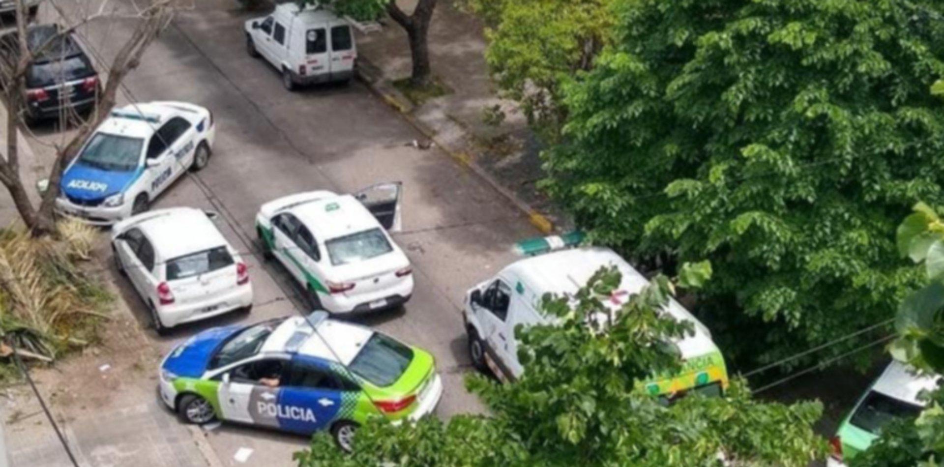 Un taxista discutió con dos motociclistas, lo atacaron a piedrazos y terminó en el hospital