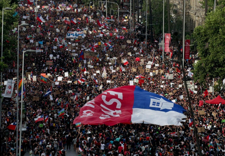 Convocan a un plebiscito en Chile para definir una nueva Constitución