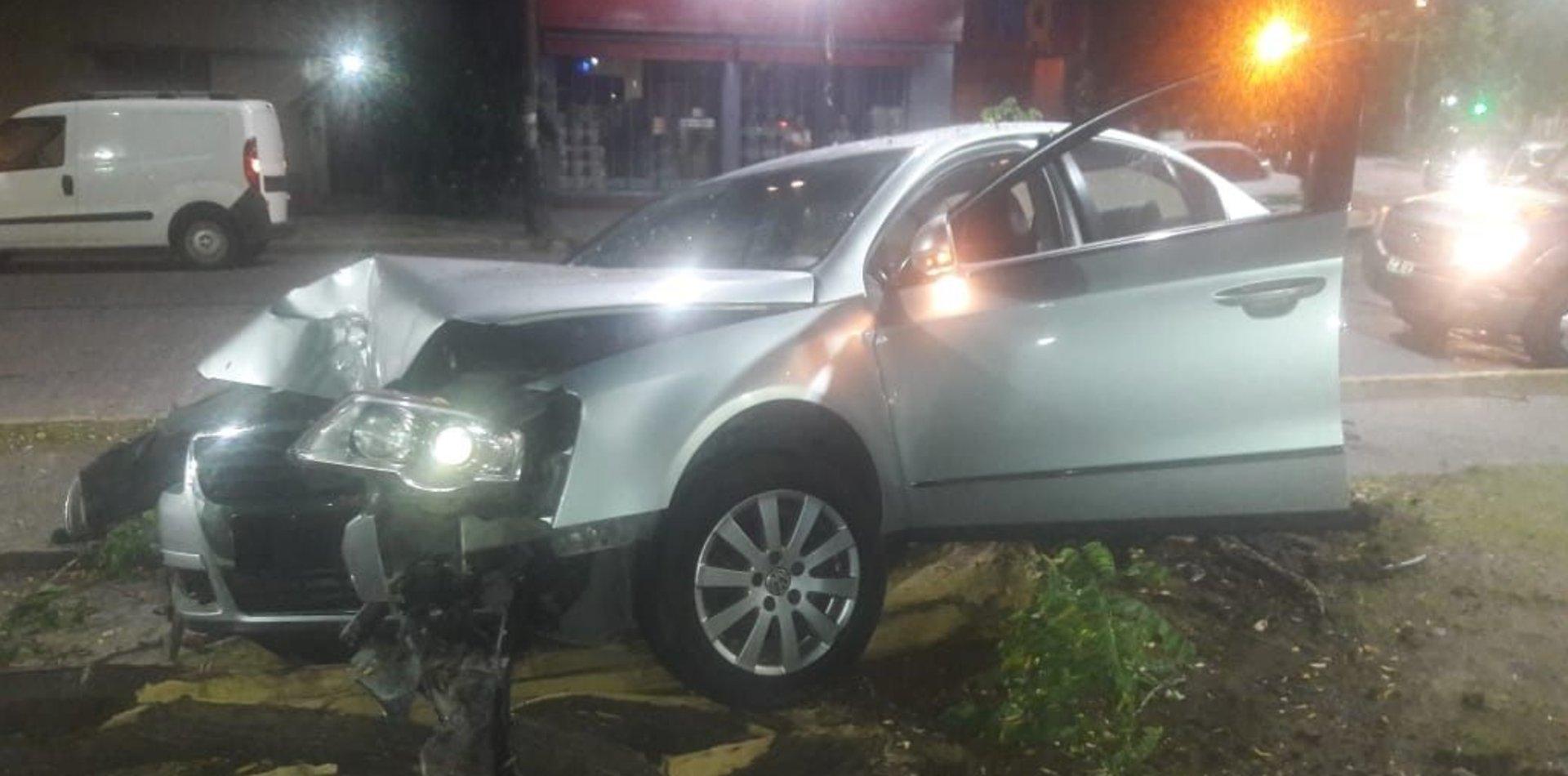 Choque y milagro en La Plata: se subió a la vereda y lo frenó un árbol