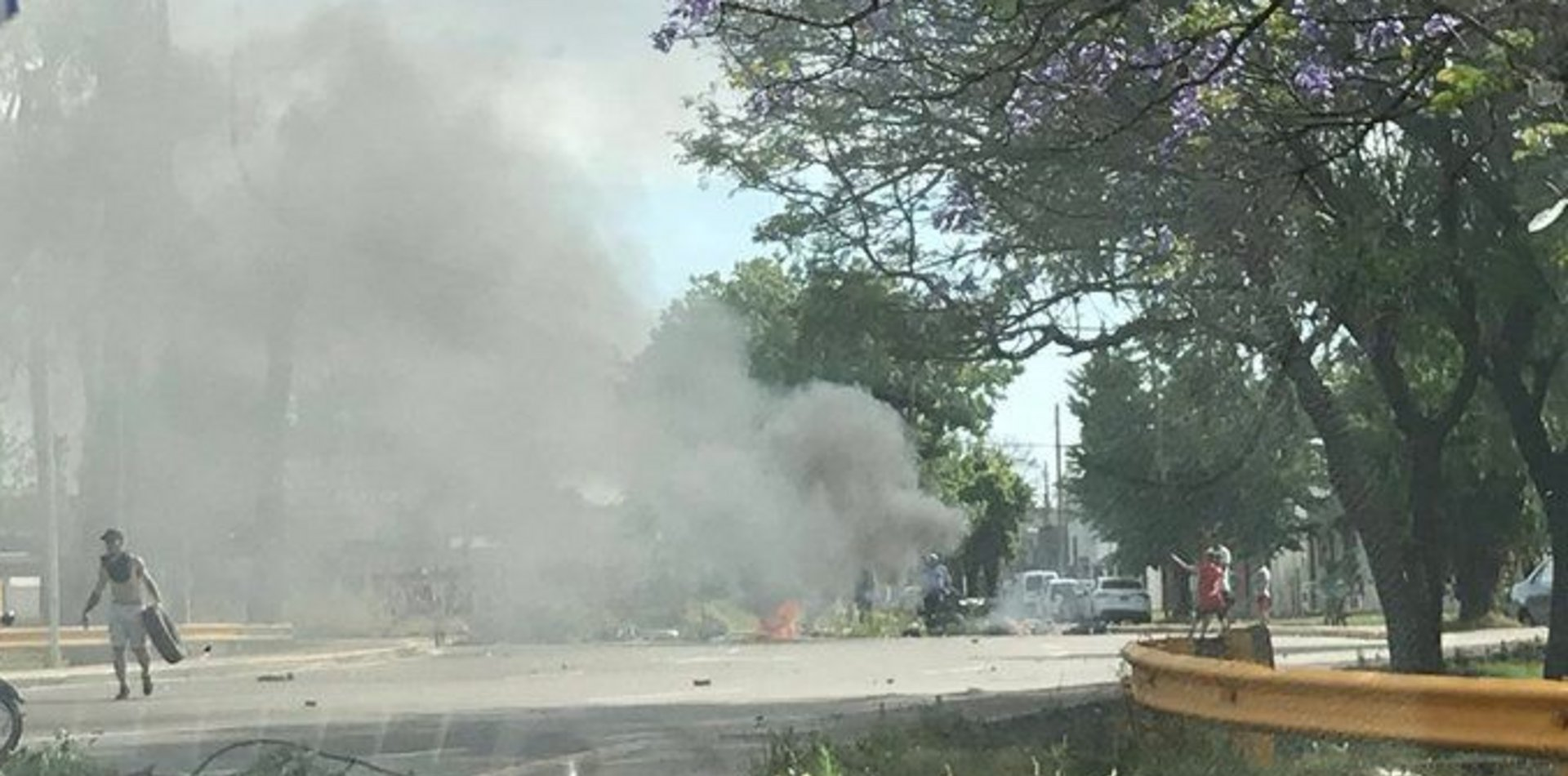 Protesta y tensión en la bajada de la autopista en La Plata