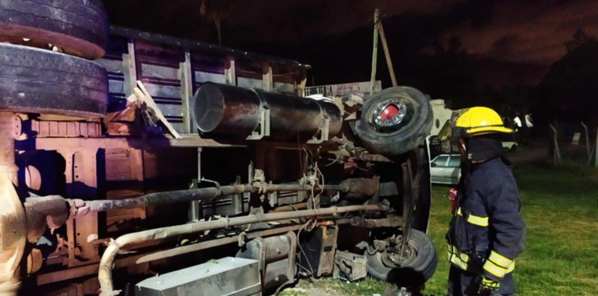 Espectacular accidente en la Ruta 2: un camión chocó contra una garita y volcó