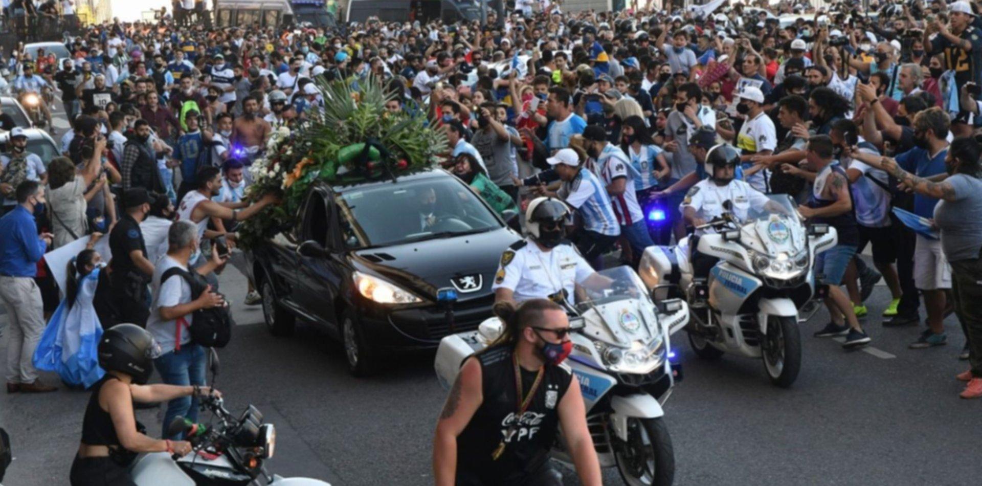 Ovación, lágrimas y amor puro: una multitud acompañó a Maradona en el cortejo fúnebre