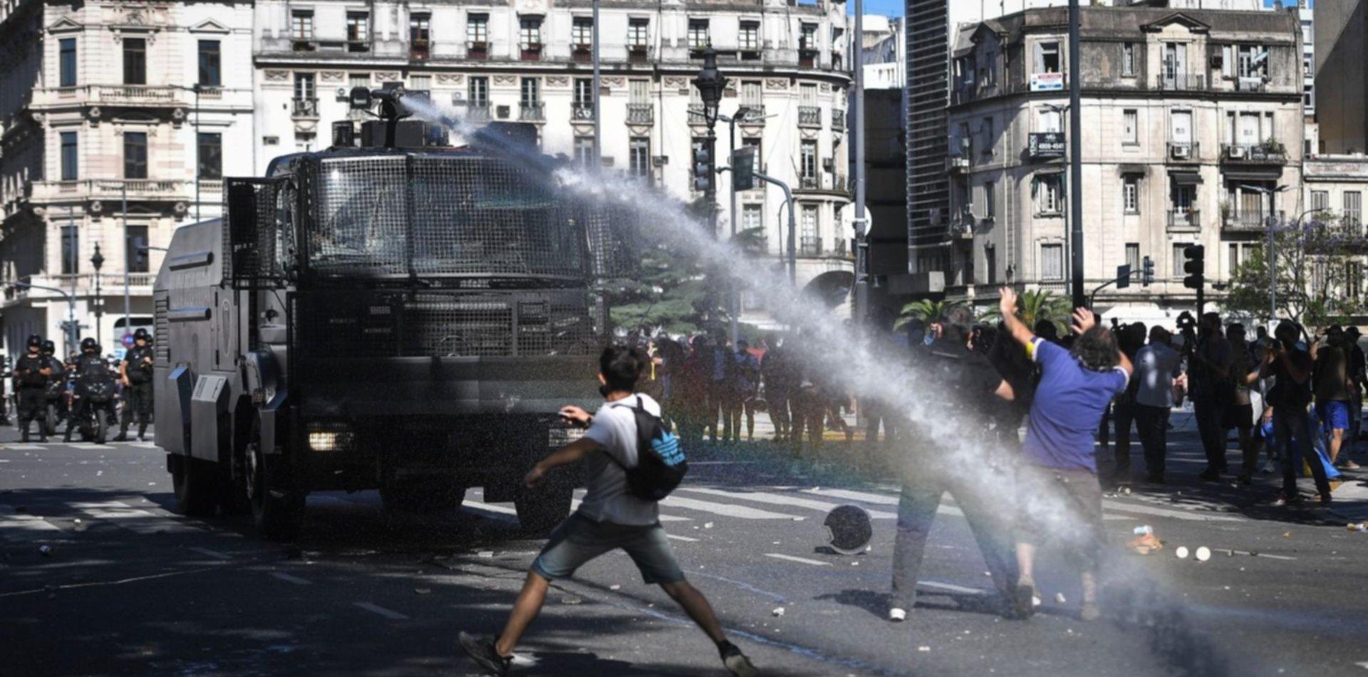 Pelea política por la represión y disturbios en el velatorio de Maradona
