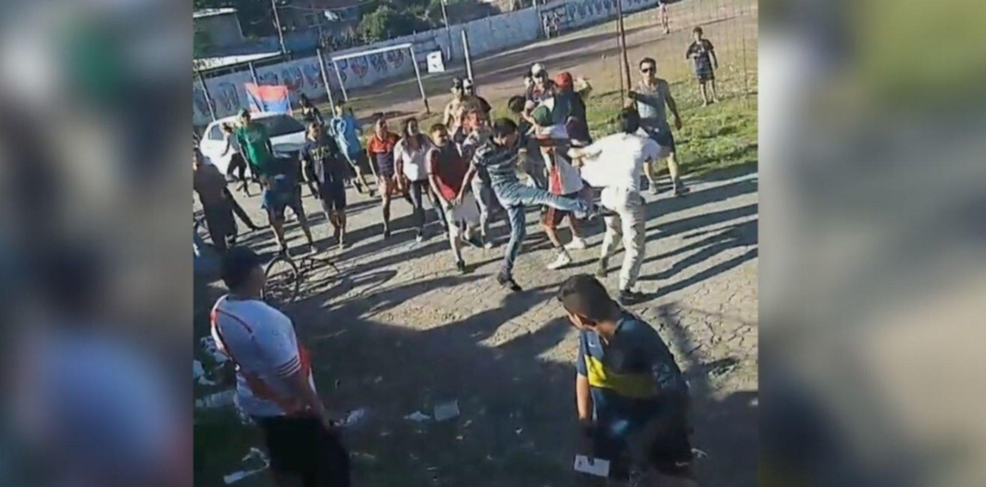 VIDEO: Piedrazos, trompadas y corridas en un partido de la Liga Amateur Platense