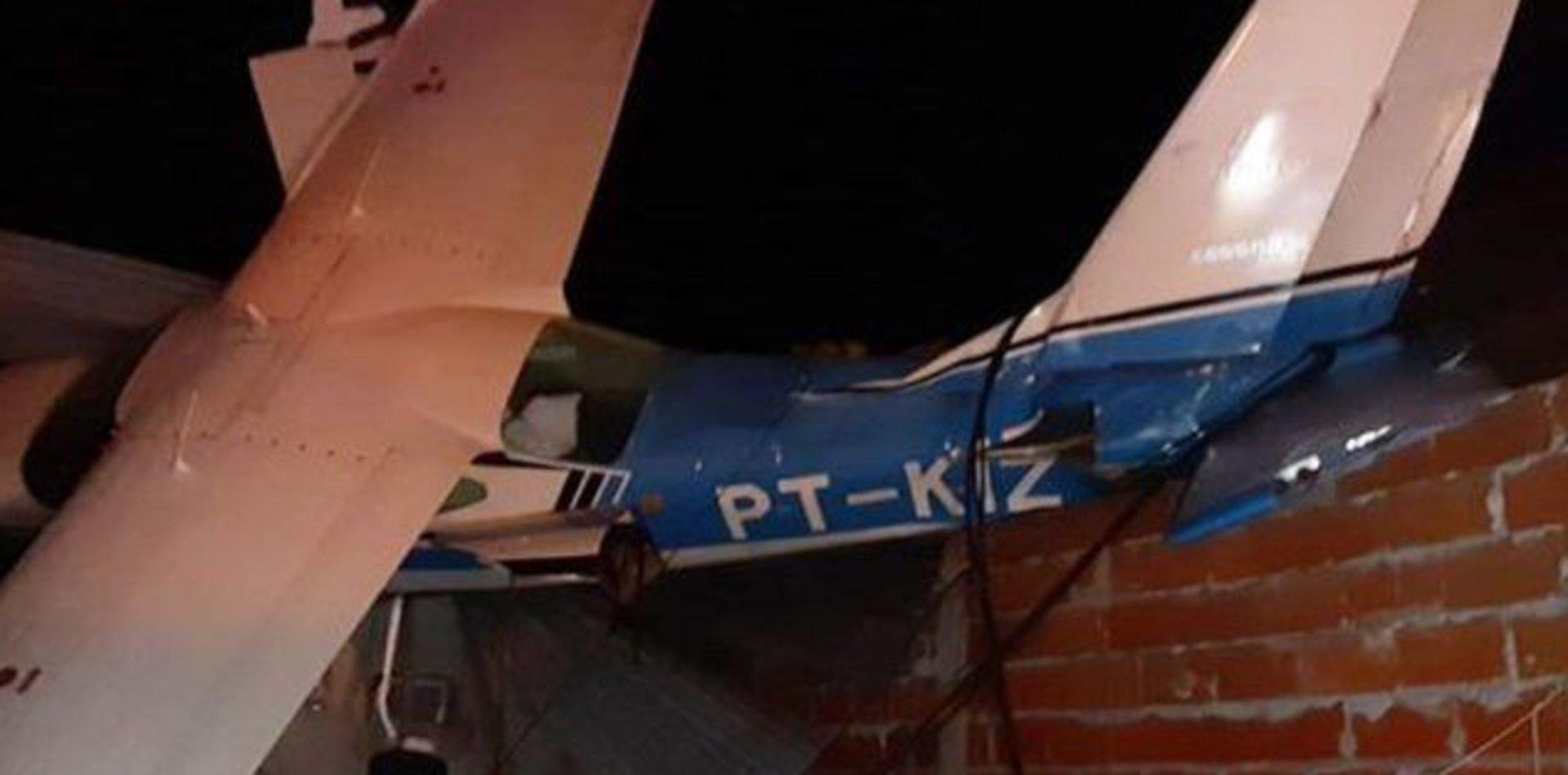 Increíble: una avioneta cayó arriba de una casa y los pasajeros salieron ilesos