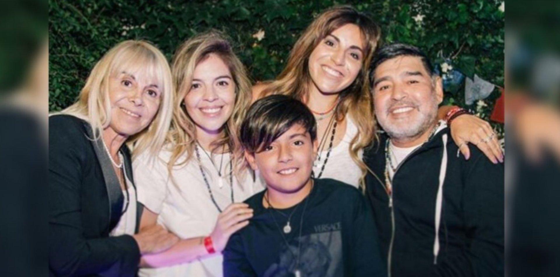 Maradona y la foto de la unidad: posó junto a Claudia, Dalma, Gianinna y Benjamín