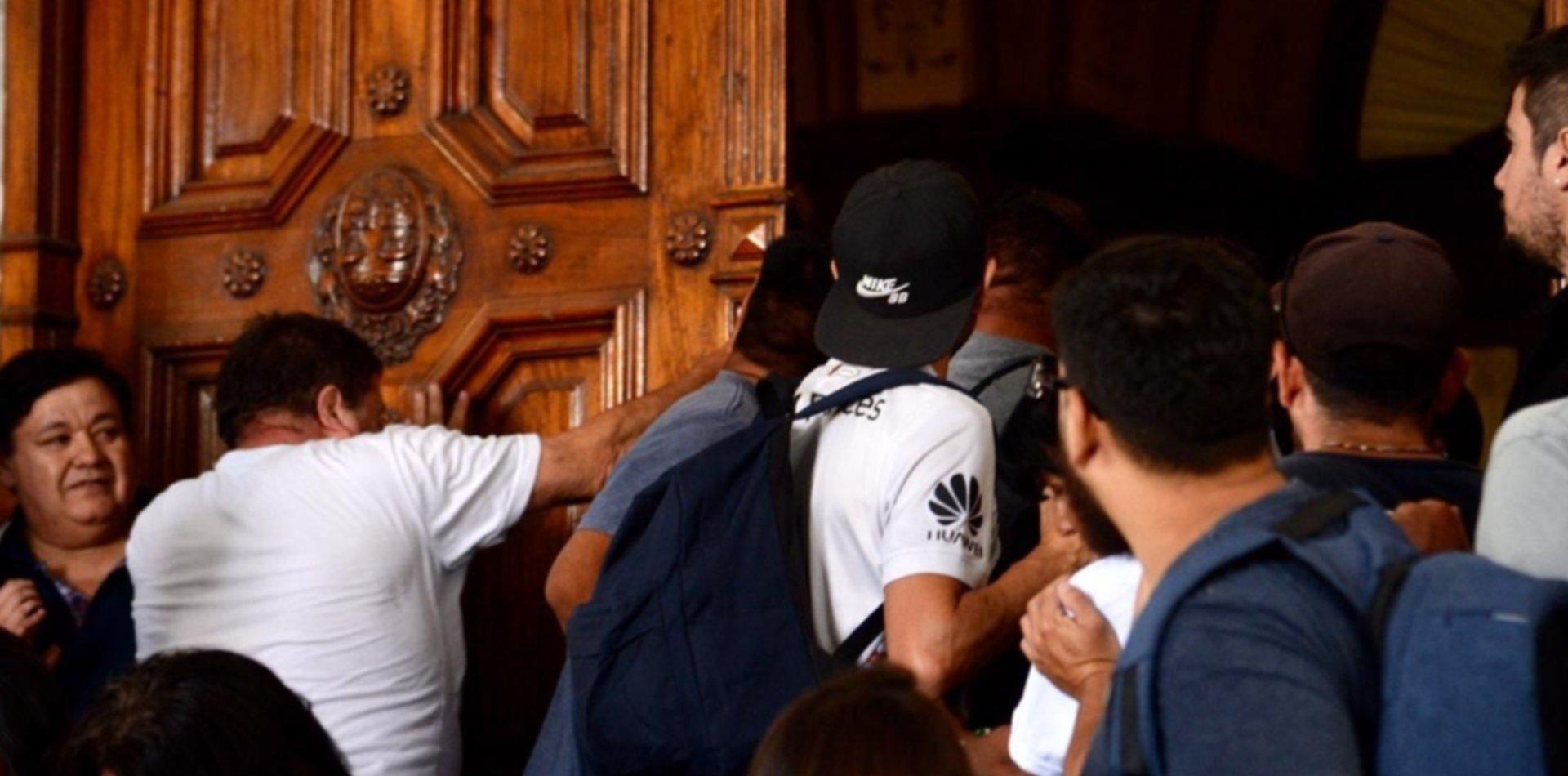 Tensión y forcejeos en la previa a la asunción del segundo mandato de Garro en La Plata
