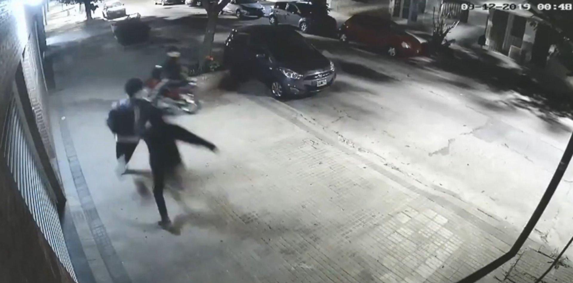 VIDEO: Motochorros persiguieron a un joven por la vereda, le patearon la cara y le robaron todo