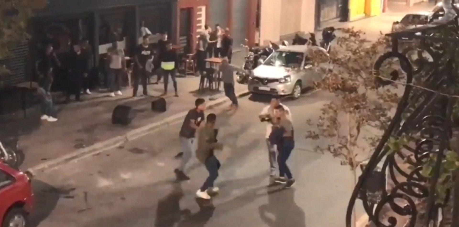 Piñas, patadas y sillazos: así fue la salvaje pelea en la puerta de una cervecería