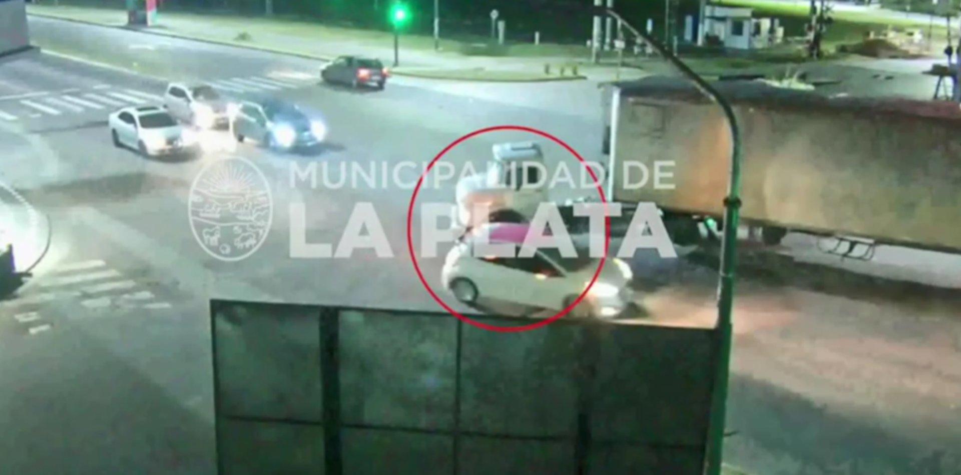 VIDEO: La imprudencia de un camionero casi causa una tragedia en Camino Centenario