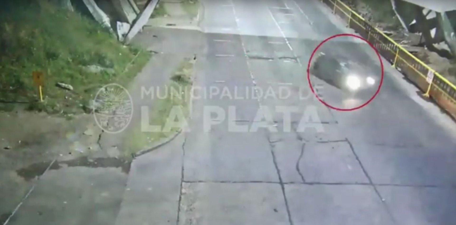 VIDEO: Robaron un auto, los persiguió la Policía y terminaron volcando
