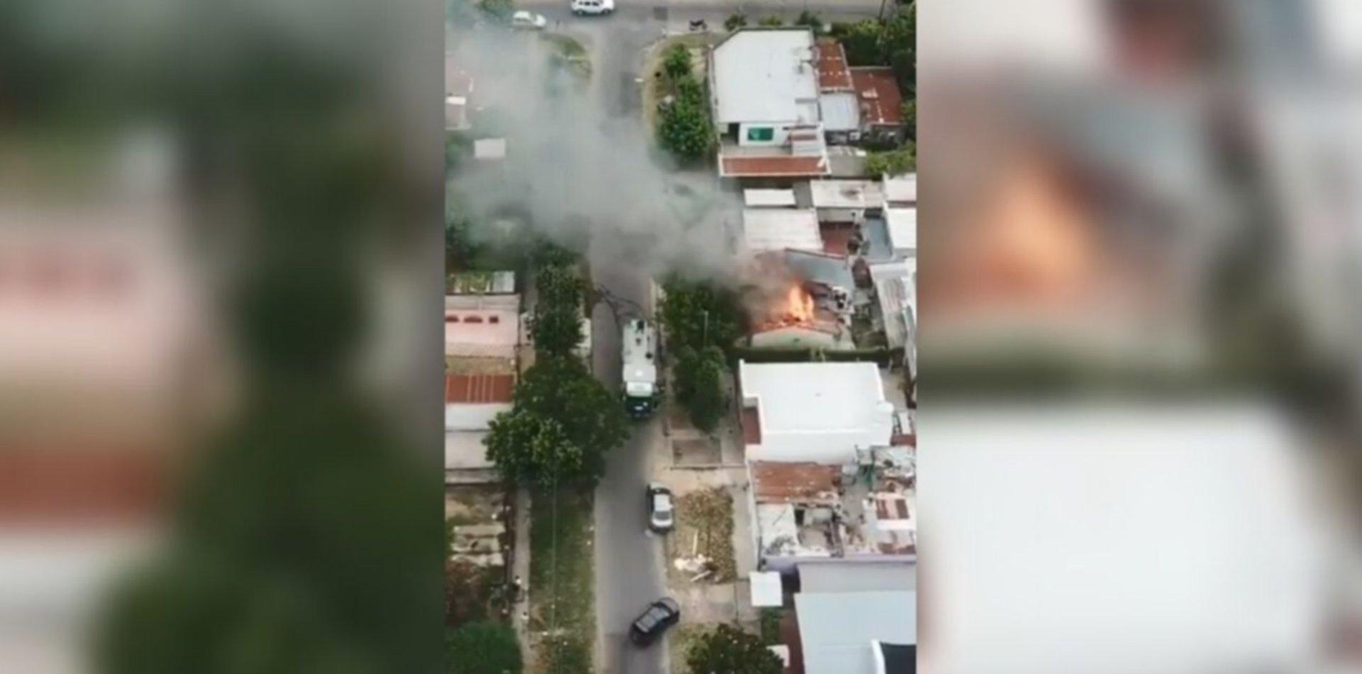 VIDEOS: Así se vio el impresionante incendio en una casa de Los Hornos