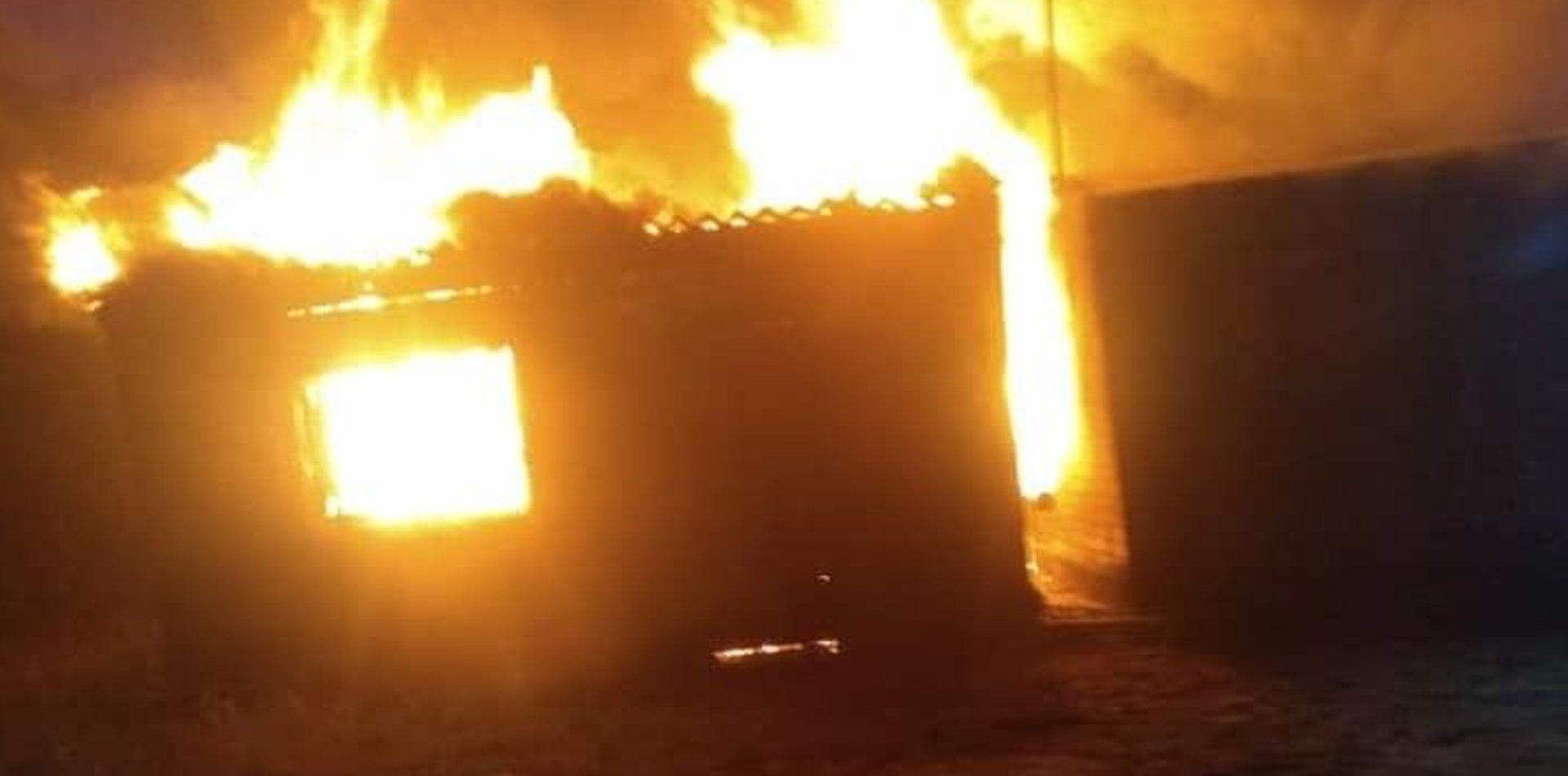 Un voraz incendio destruyó una casa de Berisso y una mujer quedó en la calle