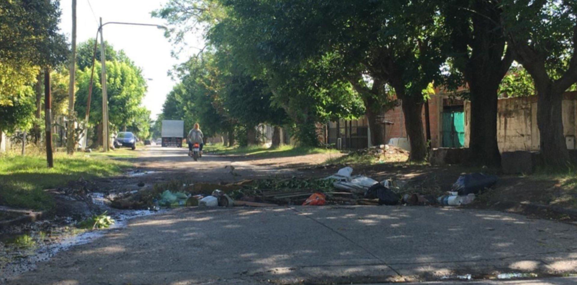 En Los Hornos hay un pozo tan grande que los vecinos lo rellenaron con ramas y basura