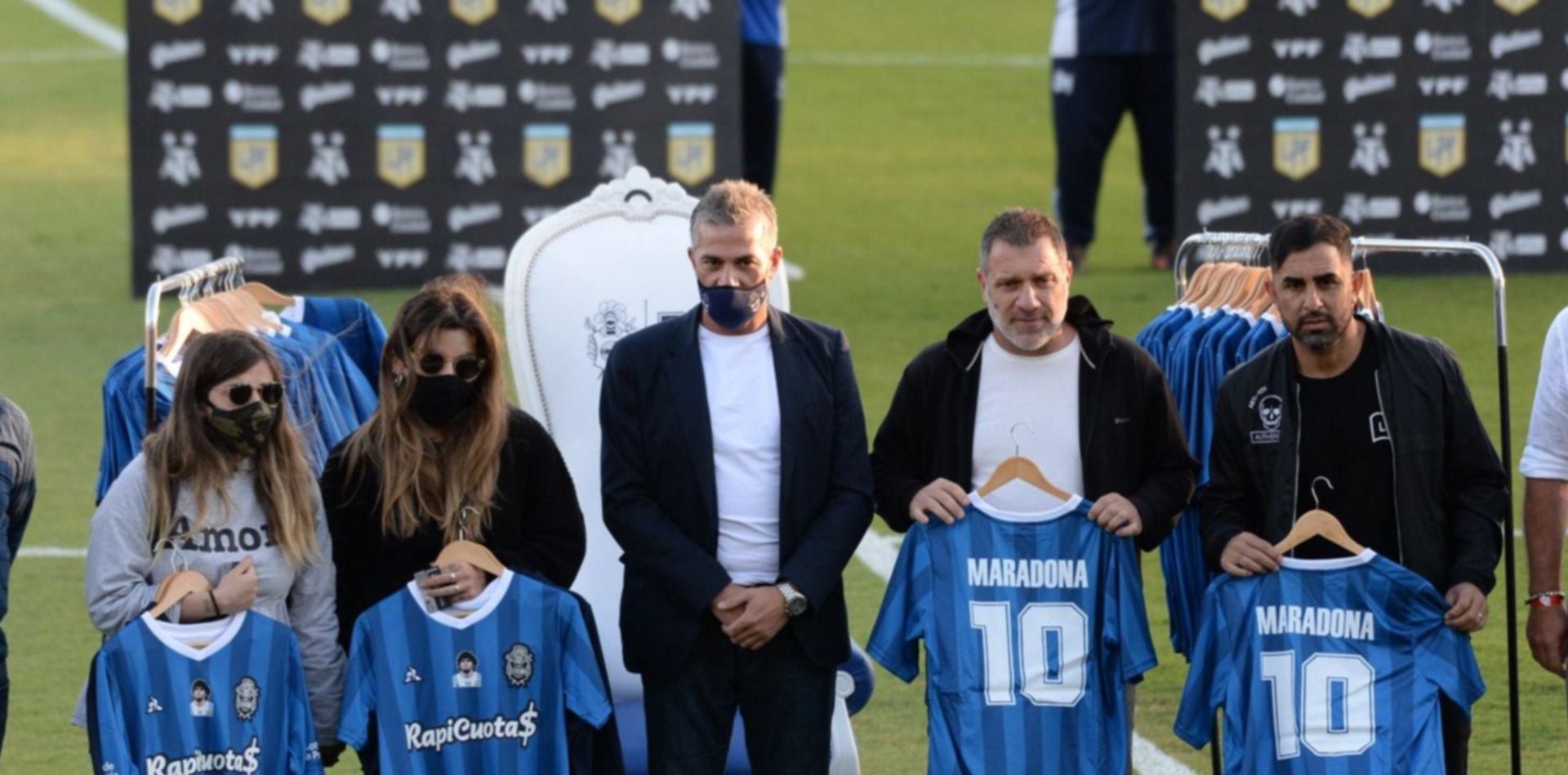 La emoción de Dalma y Giannina en el homenaje a Diego Maradona en el Bosque
